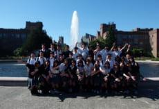 ワシントン大学構内の噴水の前で写真撮影