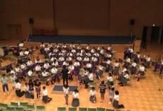 吹奏楽部主催講座で演奏する小学生受講者と吹奏楽部。