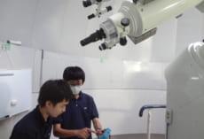 新入部員に望遠鏡の使い方を説明