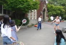 昼休み,一緒にバドミントンやフリスビー,バスケットボールをして遊びました。
