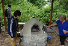 Gracemontのそばには,このようなピザ焼きの窯も。生徒たちとこれを使ってピザを焼いて食べることもあるとのTasha先生のお話でした。