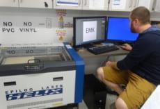 Will先生がパソコンでデザインすると,左の装置で…。