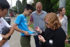 Tシャツに先生方のサインをいただいている生徒もいました。