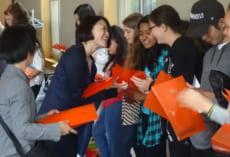 穎明館の教員からもボランティア生徒のみなさんにsmall presentを差し上げました。1週間,授業や種々のアクティビティでのサポート,ありがとうございました。