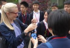 生徒たちも,自分のグループのボランティア生徒にそれぞれ日本的なプレゼントを渡していました。このグループは,風鈴をプレゼントしたようですね。