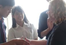 先生とがっちり握手。