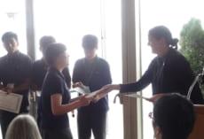 先生からメンバー1人1人に修了証書が手渡されました。