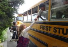 バスの発車間際まで先生とお別れを惜しみます。駐車中のバスからということで大目にみてあげてください。