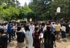 ブッシュスクール中庭で授業